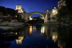 Puente viejo en Mostar en la noche, Bosnia y Hercegovina Fotos de archivo