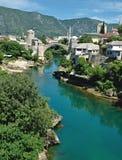 puente viejo en Mostar - protegido por la UNESCO imagenes de archivo