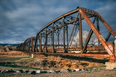 Puente viejo oxidado del tren a través del río Colorado fotografía de archivo libre de regalías