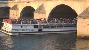 Puente viejo sobre arroyo de la jábega con la navegación turística de la nave en la ciudad de París metrajes