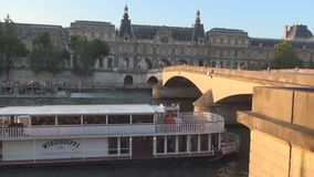 Puente viejo sobre el arroyo del Sena con la navegación de las naves de los turistas en París en el centro de la ciudad