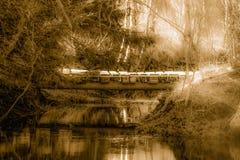 Puente viejo sobre el pequeño río Imagen de archivo