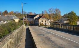 Puente viejo sobre el río Fotos de archivo