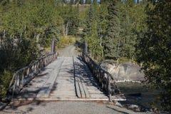 Puente viejo sobre el río de Aishinik cerca de Haines Junction Yukon Canada foto de archivo