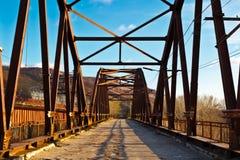 Puente viejo a través del río de Volga cerca del Samara Imagen de archivo libre de regalías
