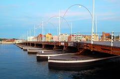Puente Willemstad de Emma con las casas coloreadas Imágenes de archivo libres de regalías