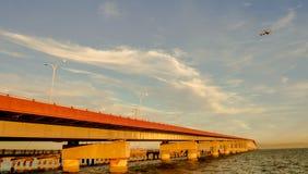 Puente y aeroplano Foto de archivo