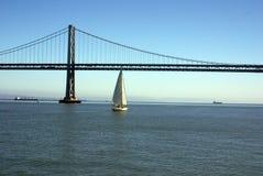 Puente y barco de vela de la bahía Foto de archivo