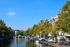 Puente y barco hermosos de Amsterdam Imagen de archivo libre de regalías