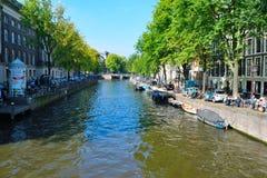 Puente y barco hermosos de Amsterdam Foto de archivo libre de regalías