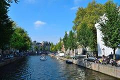 Puente y barco hermosos de Amsterdam Fotos de archivo