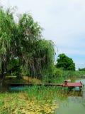 Puente y barco por el lago imagen de archivo