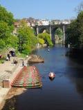 Puente y barcos en el río Nidd, Knaresborough, Reino Unido Imagenes de archivo