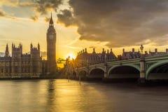 Puente y Big Ben de Westminster en la puesta del sol Imágenes de archivo libres de regalías