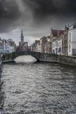 Puente y canal Brujas de la casa de campo del ` de los Burghers de Poortersloge Fotos de archivo libres de regalías