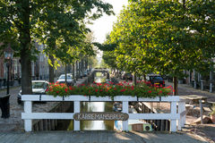Puente y canal Zoutsloot en la ciudad vieja de Harlingen, Países Bajos Foto de archivo libre de regalías