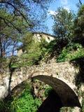 Puente y casa Imagenes de archivo