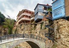 Puente y casas en el distrito de Abanotubani en la ciudad vieja de Tbilisi georgia Foto de archivo libre de regalías