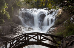 Puente y cascada Fotos de archivo libres de regalías