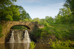 Puente y cascada de piedra en los jardines de Reynolda Fotografía de archivo libre de regalías