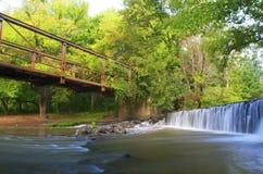 Puente y cascada viejos Fotografía de archivo
