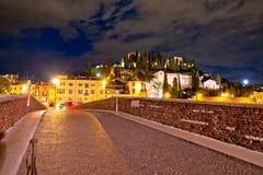 Puente y Castel San Pietro de Ponte Pietra en la opinión de la tarde de Verona foto de archivo libre de regalías