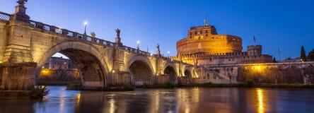 Puente y castillo hermosos en la iluminación de tarde, Roma, Italia de los ángeles Imagen de archivo libre de regalías