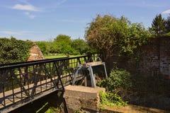 Puente y cerradura vieja del canal en el río Lee cerca de ruinas de la abadía de Waltham, Reino Unido Imagenes de archivo