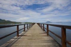 Puente y cielo azul Foto de archivo