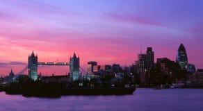 Puente y ciudad de la torre en la noche Fotografía de archivo