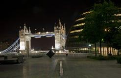 Puente y condado pasillo de la torre en la noche Imagen de archivo libre de regalías