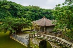Puente y edificio orientales en el jardín Imagenes de archivo