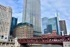 Puente y edificios históricos del negocio por el río Chicago, Illinois Fotos de archivo libres de regalías