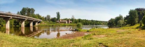 Puente y edificios viejos en el riverbank de la primavera fotografía de archivo libre de regalías