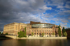Puente y el parlamento de Norrbro que incorporan el Riksbank anterior Imágenes de archivo libres de regalías