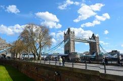 Puente y el río Támesis de la torre de Londres Foto de archivo