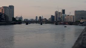 Puente y el río Támesis, Londres, Reino Unido de Vauxhall almacen de video