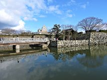 Puente y entrada al castillo de Himeji, Japón Imagenes de archivo