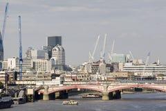Puente y equipos de Londres en fondo Fotos de archivo