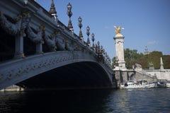 Puente y estatua de oro del caballo en París Imágenes de archivo libres de regalías