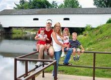Puente y familia de cinco Fotografía de archivo libre de regalías