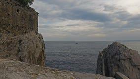 Puente y fortaleza medievales Castro Urdiales 10 almacen de metraje de vídeo
