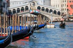 Puente y góndolas, Venecia - Italia de Rialto Foto de archivo