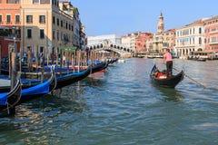 Puente y góndolas, Venecia - Italia de Rialto Fotos de archivo
