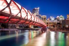 Puente y horizonte de la paz de Calgary en la noche Imagen de archivo