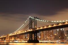 Puente y horizonte de Manhattan en la noche Fotos de archivo libres de regalías