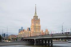 Puente y hotel Ucrania de Novoarbatsky en el crepúsculo de septiembre moscú Fotografía de archivo libre de regalías