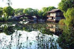 Puente y lago de la casa Imagen de archivo libre de regalías