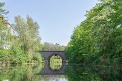 Puente y las reflexiones de él Foto de archivo