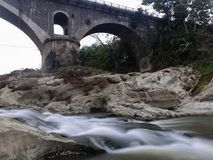 Puente y Luk Ulo Ancient River Kebumen de Tembana foto de archivo